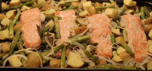 Salmon and Asparagus Tray Bake (4)